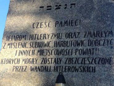 Zdjęcie przedstawia kamienną tablicę upamiętniającą ofiary wojny. Na tablicy napis: Cześć pamięci ofiarom hitleryzmu oraz zmarłym z Myślenic, Sułkowic, Harbutowic, Dobczyc i innych miejscowości powiatu których mogiły zostały zbezczeszczone przez wandali hitlerowskich.