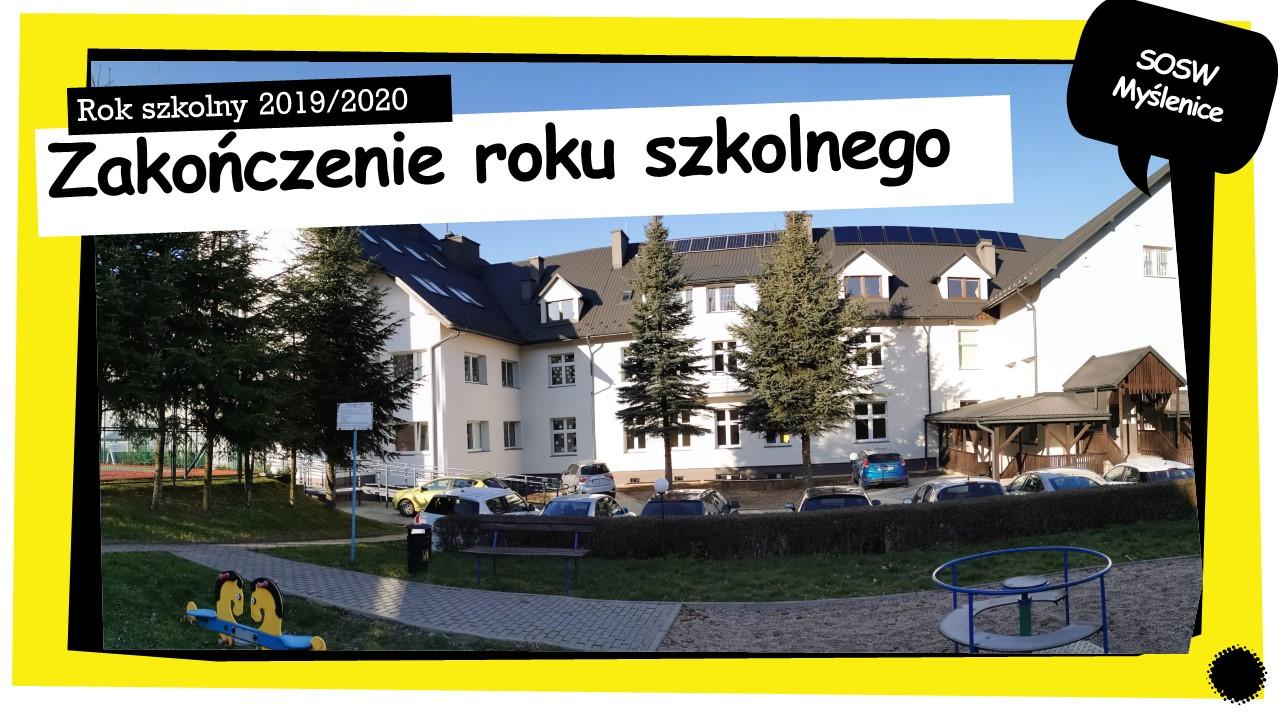 Budynek szkoły, drzewa, plac zabaw. Napis zakończenie roku szkolnego.