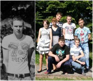 Po lewej zaciemnione zdjęcie młodego chłopaka. Ma wyraz żałoby. Po prawej kolorowe zdjęcie uśmiechniętej grupy nastolatków, stoją i kucają na tle zielonych drzew.