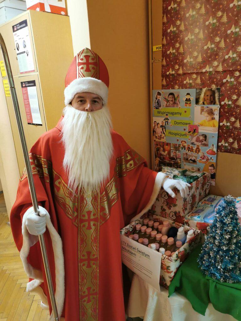 z przodu postać św. Mikołaja obok przyniesiona przez uczniów środki czystości