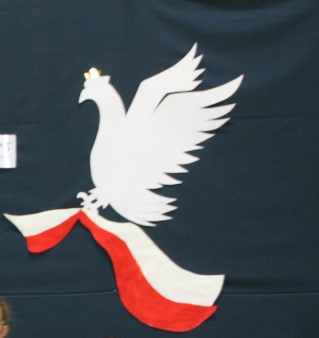 biały orzeł trzyma w pazurach biało - czerwona flagę